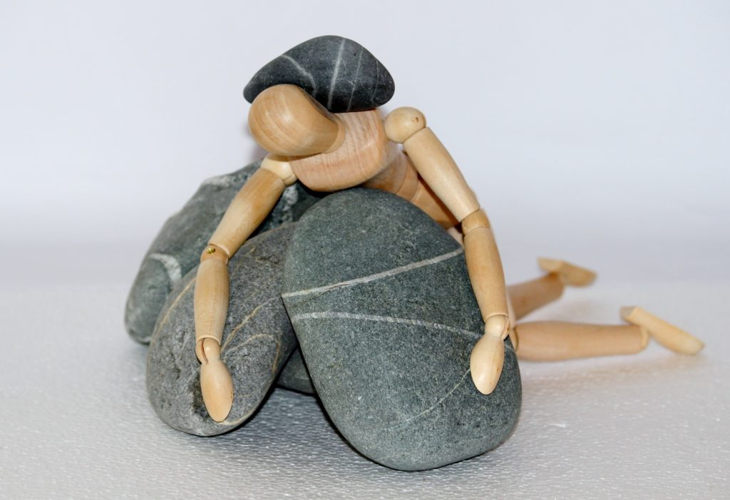 stress e sistema immunitario. uomo schiacciato dai sassi