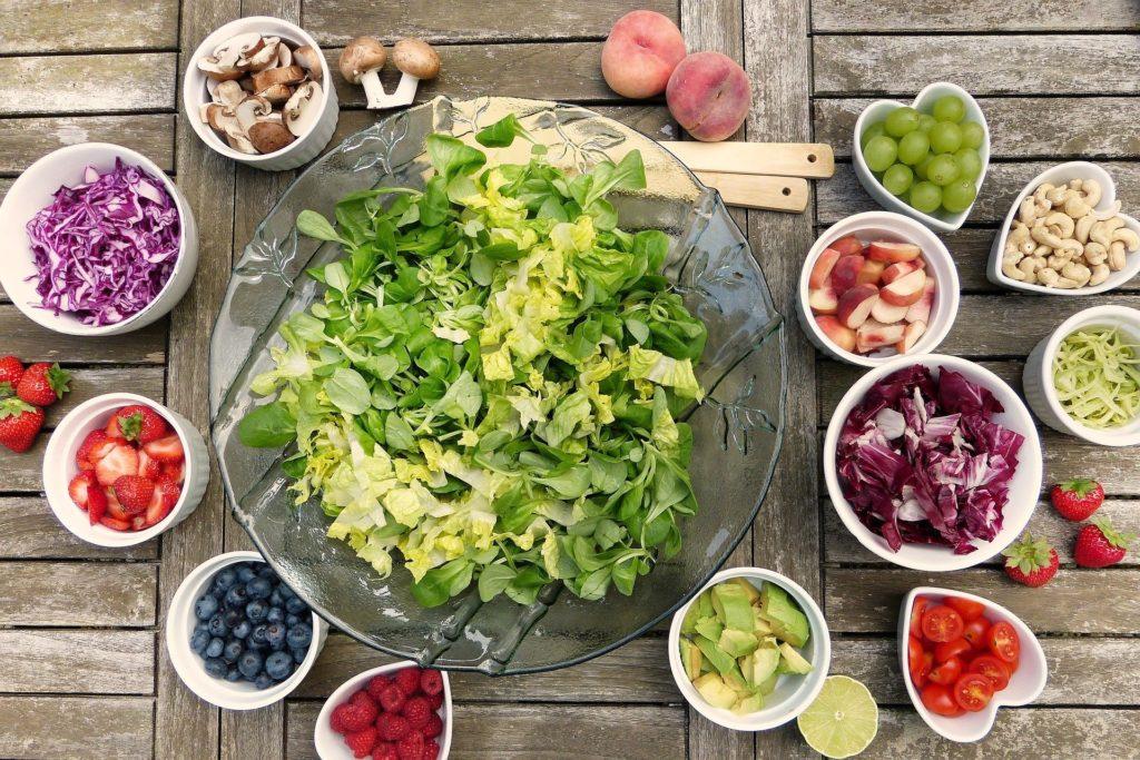 insalatona con differenti ingredienti. ortoressia maria luongo