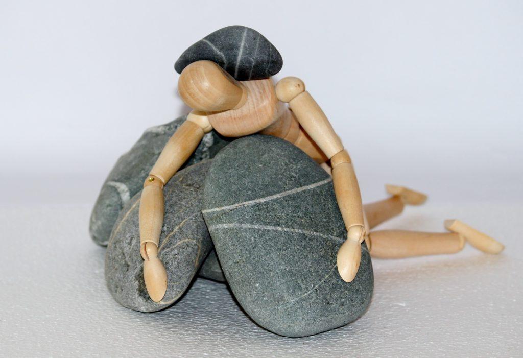 Uomo sotto sassi. Depressione. Maria luongo psicologo Napoli
