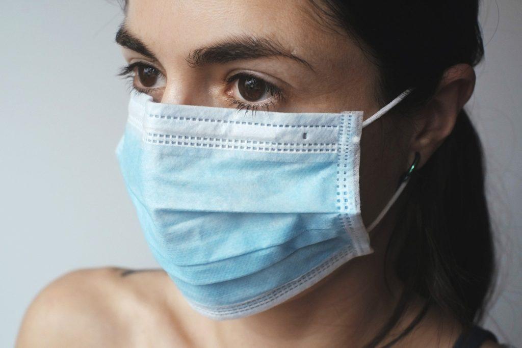 Donna che indossa mascherina chirurgica. Coronavirus.